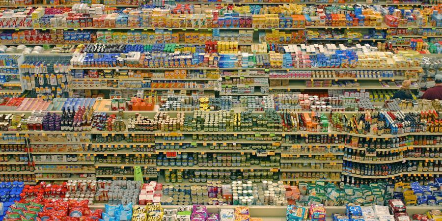 Imatge de les prestatgeries d'un supermercats plenes de productes.