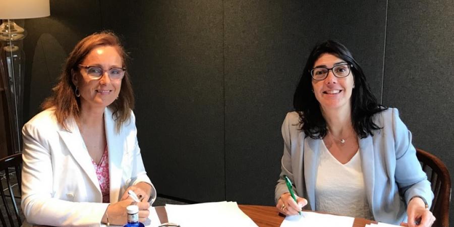 Signatura conveni Mireia Torres (Plataforma Tecnològica del Vi, esquerra) i Carme Sabrí (AgroBank, dreta)